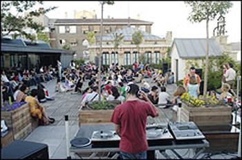 Jovenes alternativos reszpiran libertad en una sesión de Dj´s en la terraza de la Casa Encendida. Oig